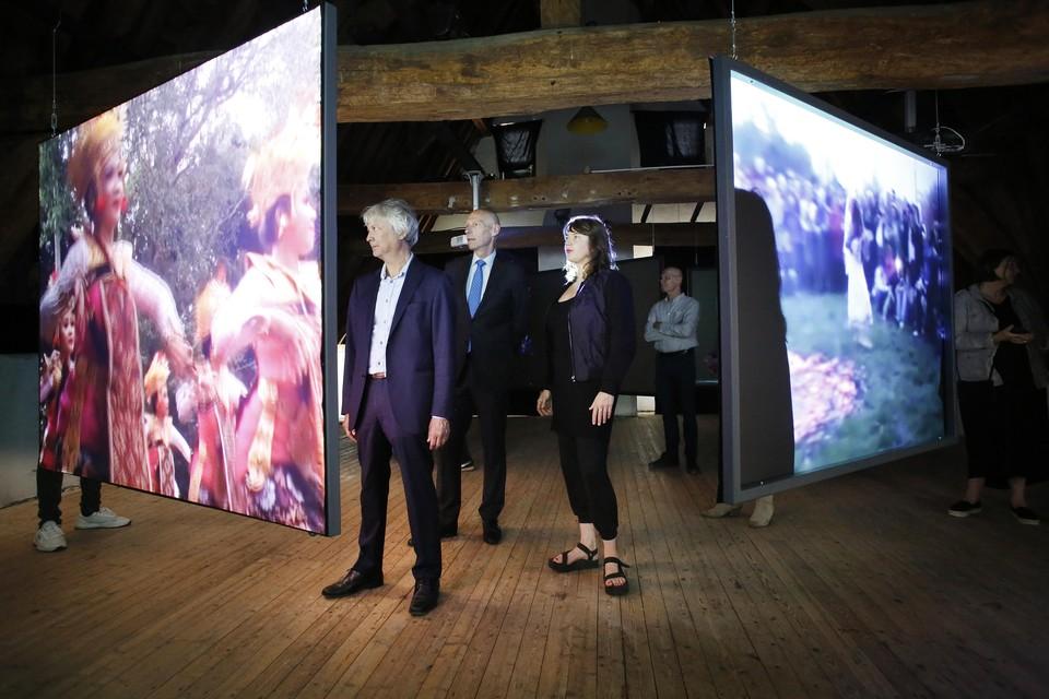 Wethouder Alexander Luijten van Gooise Meren (met stropdas) opende vrijdag het FotoFestival Naarden door de installatie van Anouk Kruithof (rechts) te starten.