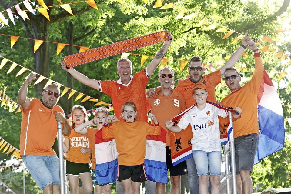 Wouter Quist (uiterst links) en Lucas Bos (tweede van rechts) voor de wedstrijd van Oranje.