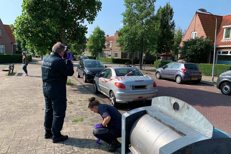 De technische recherche onderzoekt de auto in de Van Oosten de Bruynstraat.
