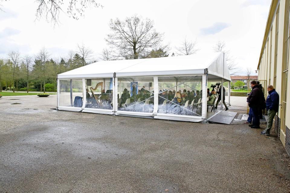 De herdenking op de Noorderbegraafplaats was in een tent.