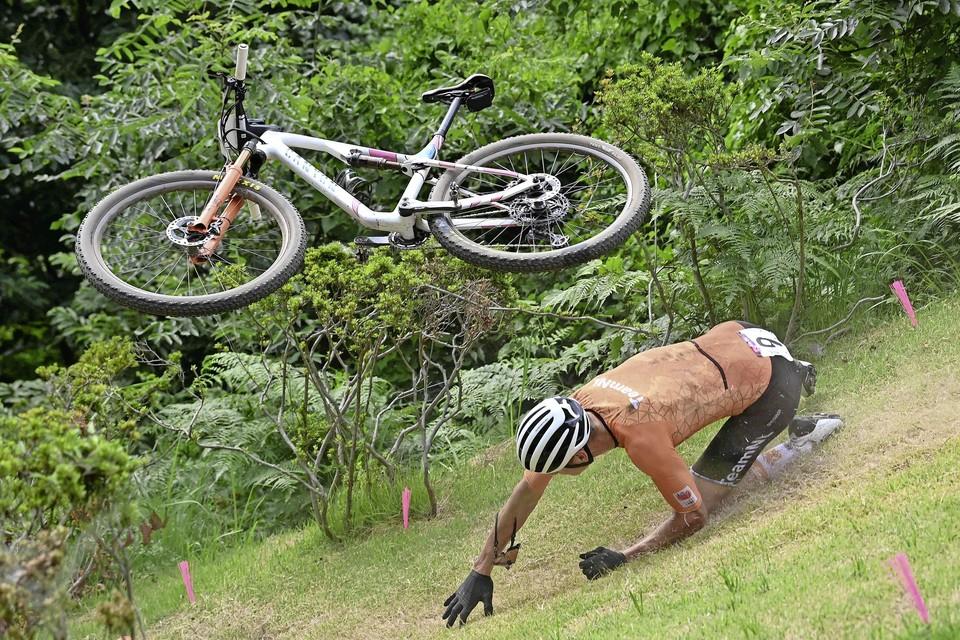 Mathieu van der Poel komt ten val bij het mountainbiken.