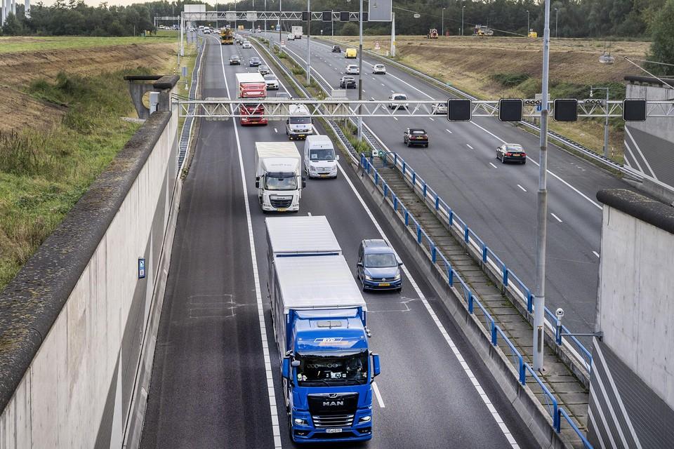 Vrachtwagens rijden door de Wijkertunnel