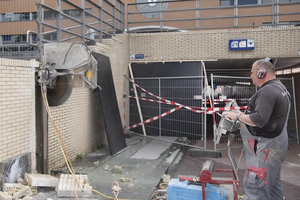 De tunnel onder het station is doorgezaagd.