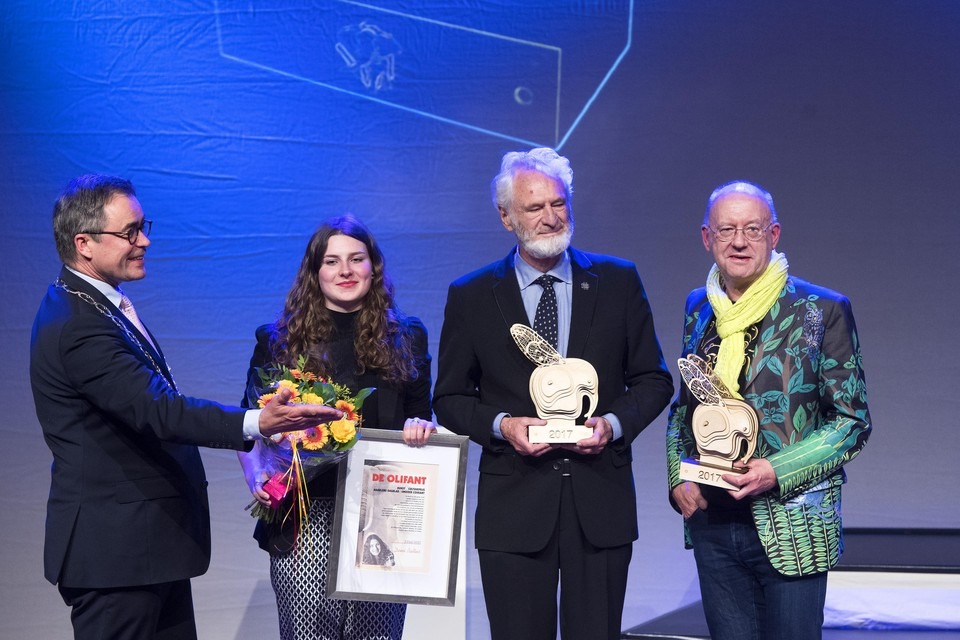 Winnaars van de Olifant op het podium. Van links naar rechts: Burgemeester Jos Wienen van Haarlem, Demi Baltus krijgt de aanmoedigingsprijs, Harry Swaak wint de publieksprijs en Nop Maas is winnaar van de Juryprijs