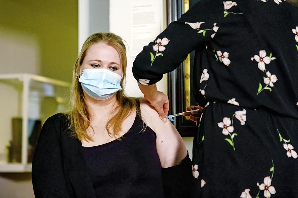 Huisarts Sylvia van den Berg van GGZ Rivierduinen dient in Rijksmuseum Boerhaave de eerste prik met het Janssen-vaccin toe bij GGZ-medewerker Babette Engelsman.