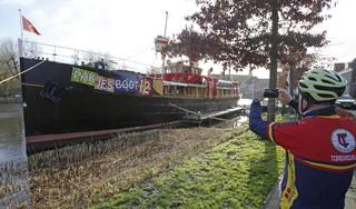 Sinterklaasfeest gaat aangepast gewoon door: Pakjesboot 12 ligt afgemeerd aan de steiger bij café 't Helletje in Weesp
