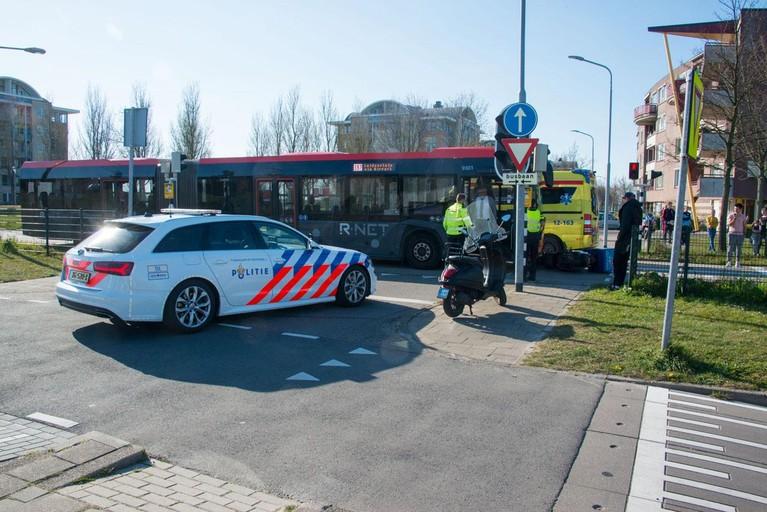 Pizzabezorgster gewond bij aanrijding met lijnbus in Hoofddorp