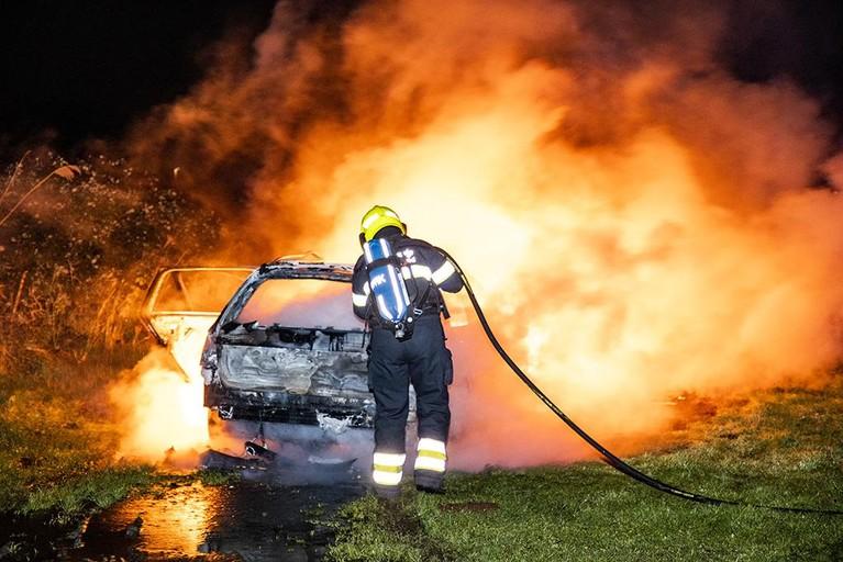 Gestolen personenwagen volledig uitgebrand langs de Mooie Nelweg in Haarlem