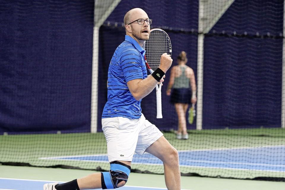 Daniël Fennis juicht na een gewonnen punt in zijn finale tegen Lars Schouten