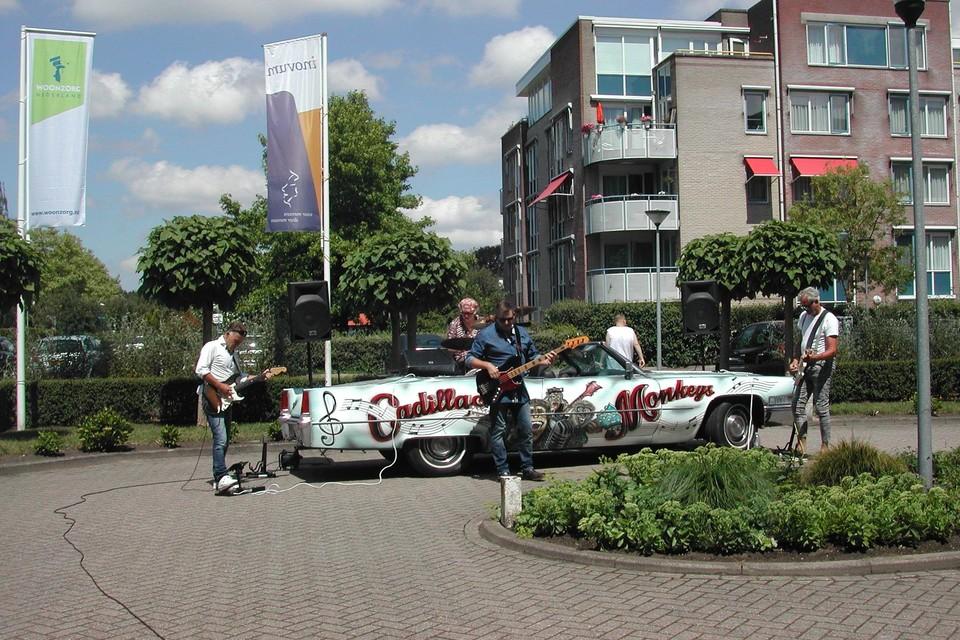 De Cadillac Monkeys op het plein van de Emtinckhof.