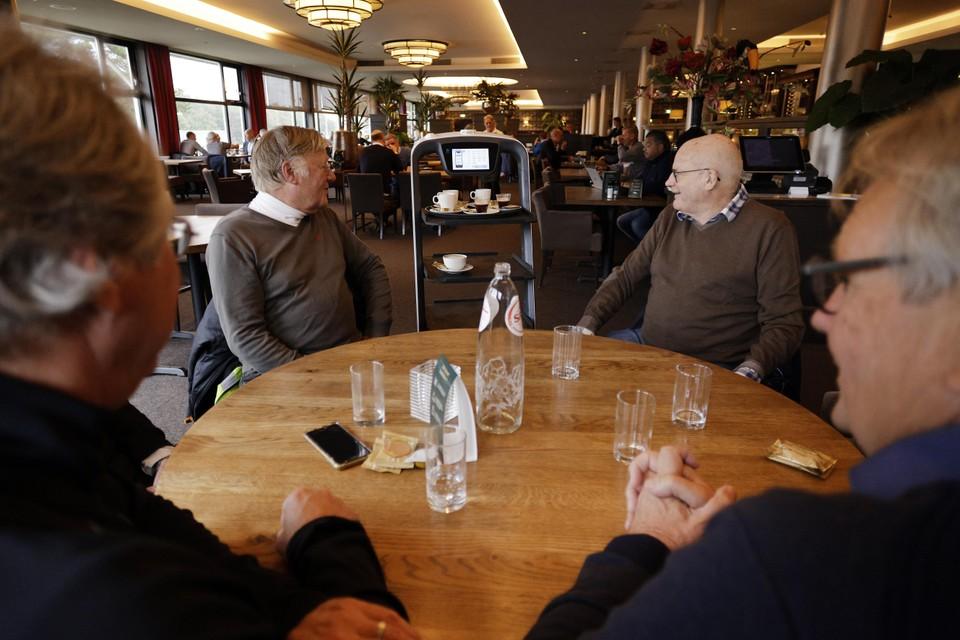 Gasten van hotel De Witte Bergen worden bediend door de mechanische bediende Pudubot.