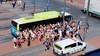 Proppen voor een plekje in de bus naar het strand van Zandvoort: niemand stoort zich aan de corona-regels