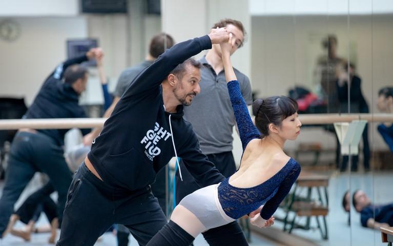 Juanjo Arqués laat bij Het Ballet de vlammen van William Turner dansen