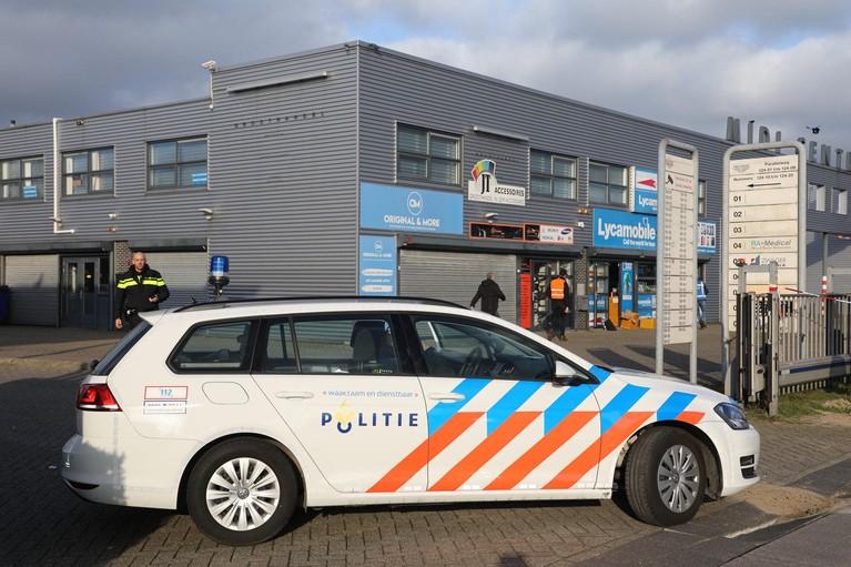 Weer forse politieactie op Beverwijks bedrijventerrein Midi Center: namaakgoederen aangetroffen bij telecombedrijven [video]