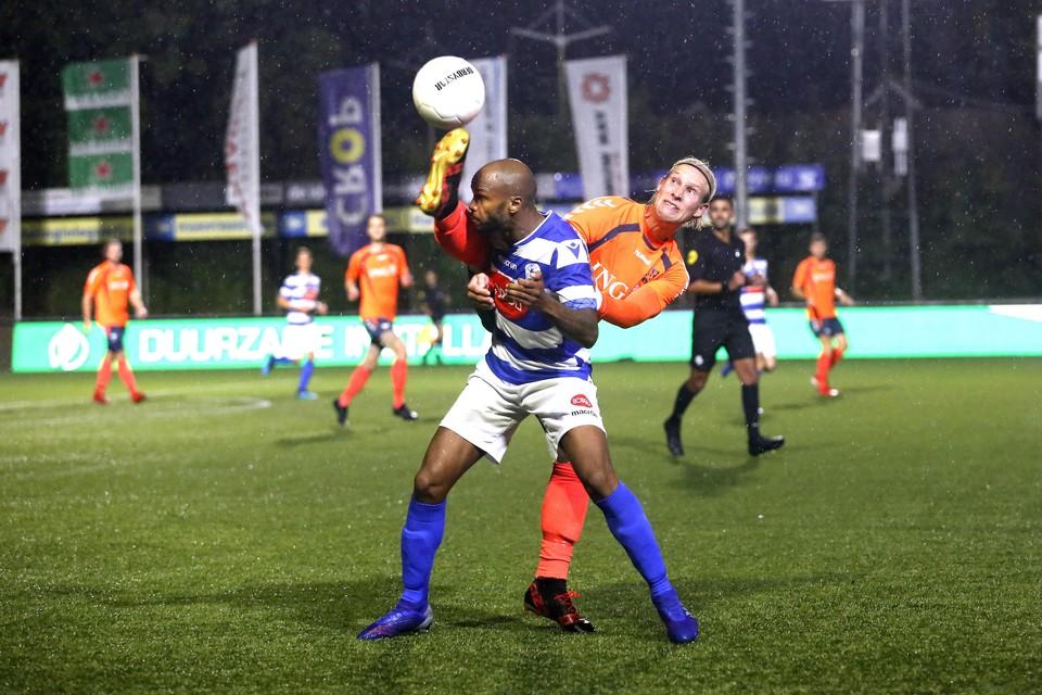 SDO'er Van der Meer weert zich kranig in een duel met Pires Tavares van Spakenburg (eerder dit seizoen).
