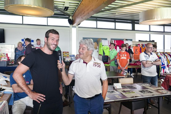 Oud-voetbalprof Arnold Mühren op voetbalbeurs