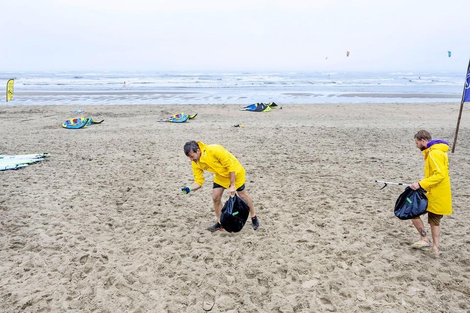 Woensdag liep de groep met ruim 25 vrijwilligers over de boulevard en het strand richting Zandvoort.