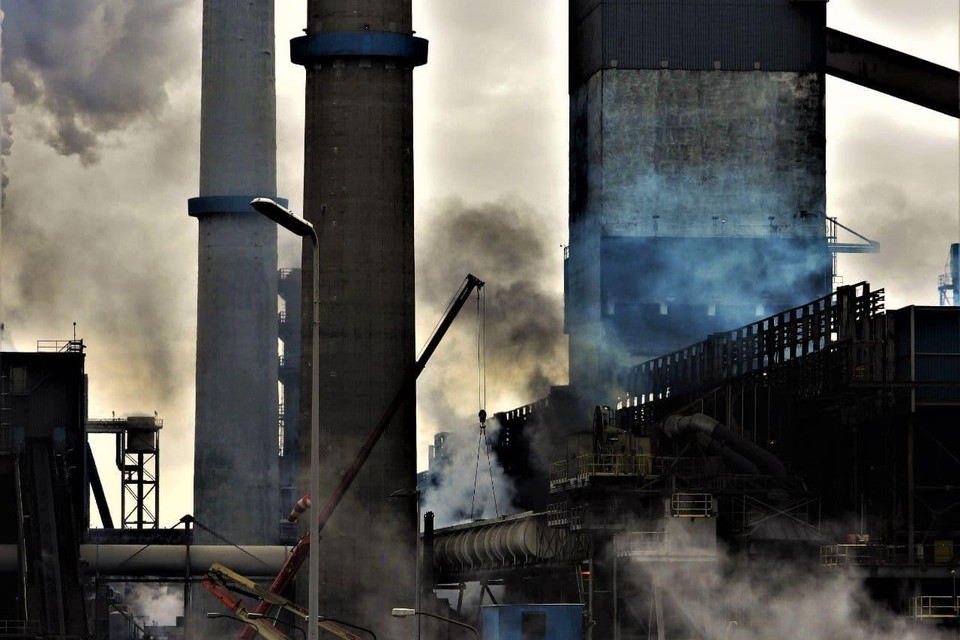 Rook en gassen van Kooksfabriek 2, de Tata-fabriek die wat de milieubeweging betreft per direct dicht moet.