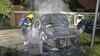 Auto brandt uit aan de Pestalozzistraat in Haarlem, man naar het ziekenhuis