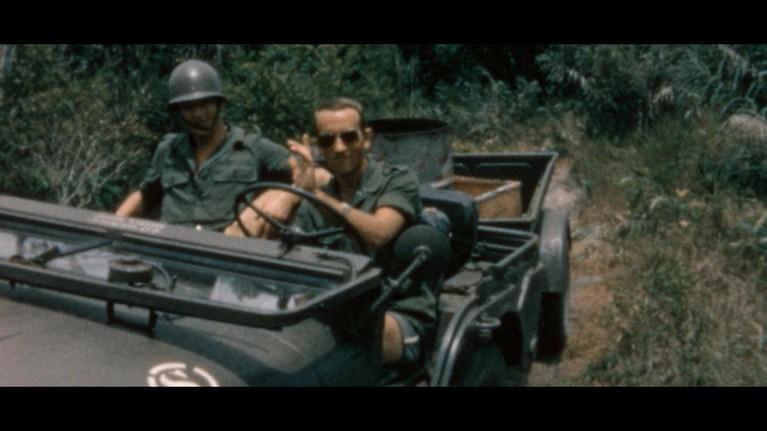 Verkleedkist in Enkhuizen inspireert regisseur Jelmar Hoekstra tot documentaire 'Onze jongens in de jungle' over Nederlandse dienstplichtige militairen in Suriname [video]