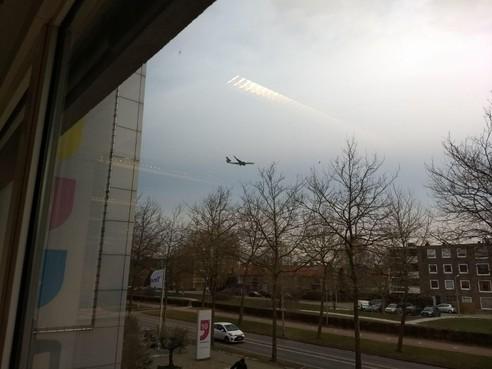 Vliegtuigen laag over Hoofddorp door krachtige oostenwind