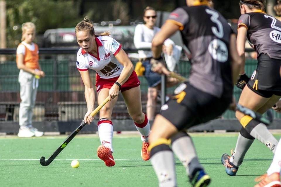 Anna Kathmann aan de bal voor Rood-Wit.