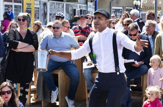 Jack Tucker in IJmuiden aan Zee uitgeroepen tot beste straatgoochelaar [video]