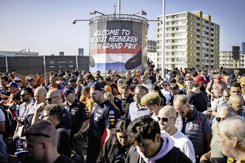 Bezoekers rond het circuit van Zandvoort.