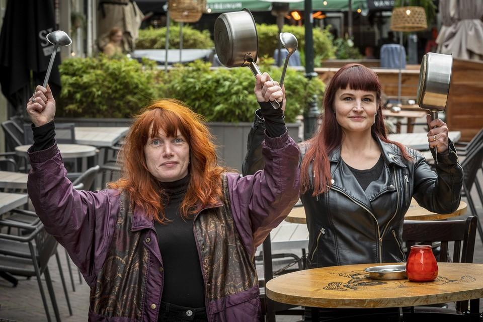 Nadieh Bindels en Fay MacCorquodale-Smith zijn klaar voor het nachtelijke lawaaiprotest op de Grote Markt.