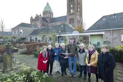 Boek over 50 jaar Haarlems Hofje Codde van Van Beresteyn: Een kijkje in het leven van hofjesbewoners
