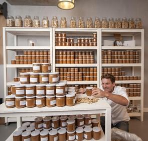Pindakaaswinkel geopend in Haarlem: 'Je moet het voelen en proeven'