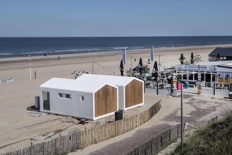 Ook in Zandvoort kan het nu: slapen, koken en douchen in bungalowtjes op het strand