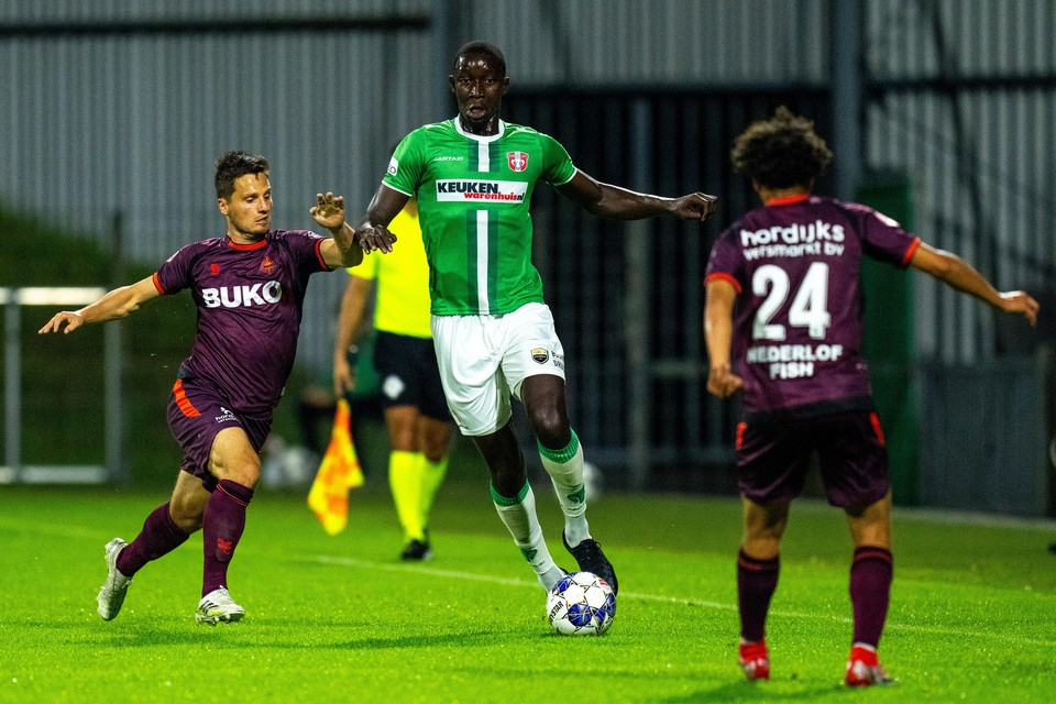 Tom Overtoom probeert Seydine N'Diaye van FC Dordrecht te achterhalen.