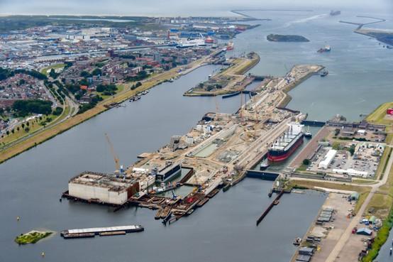 Het afzinken van het grootste caisson van de nieuwe zeesluis is in volle gang, nu met de goede berekeningen