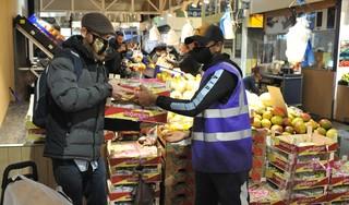'Hele doos, één euro! Kom, kom, kom!', stuntprijs fruit lokt menigeen naar Bazaar