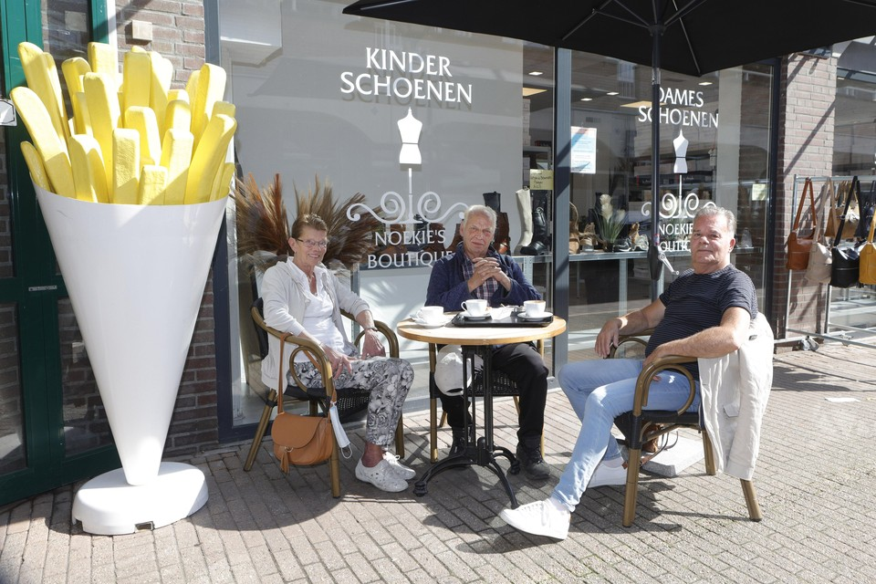 """Pieter van Gilst (r) zit naast Nel en Hans Brouwer: ,,Ze zetten hier straks op elke hoek een controleur neer en dan mag je het winkelcentrum niet meer in."""""""