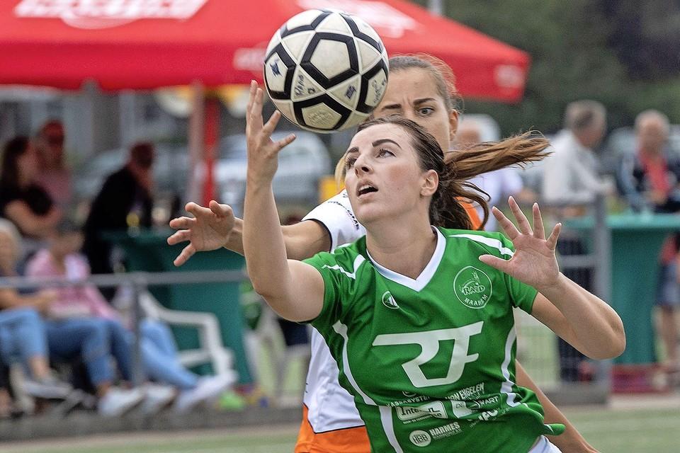 Rapid speelster Femke Huijsman heeft louter oog voor de bal.