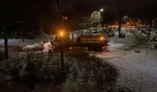 Bewoner van Emmaplein in Haarlem trekt vastgelopen strooiwagen uit de sneeuw met eigen auto [video]