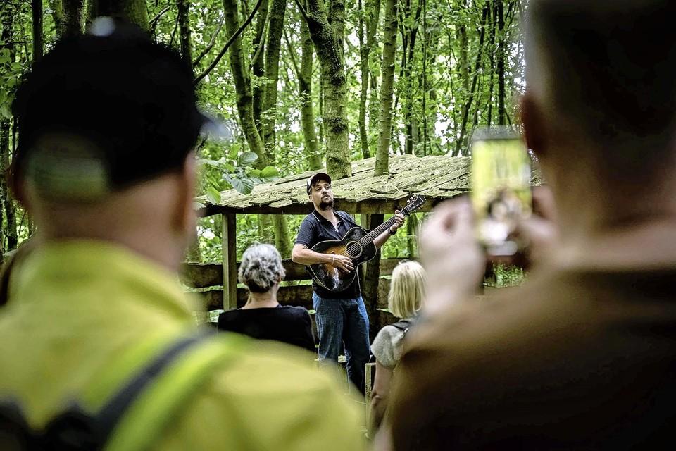 Tim Knol speelt in de open lucht. ,,Ik kies liedjes die ik hard kan zingen.''
