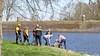 Mannen te water na omslaan bootje in Naarden, één naar ziekenhuis