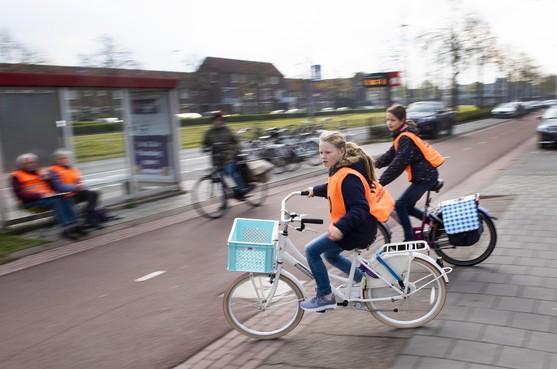 Oranje hesjes fietsexamen nemen fietspaden Velserbroek en Santpoort-Noord over