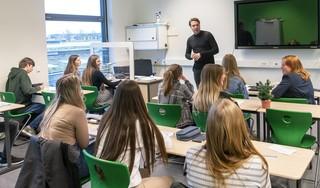 Pubers moeten weer afstand houden in de klas, maar lukt dat buiten ook?