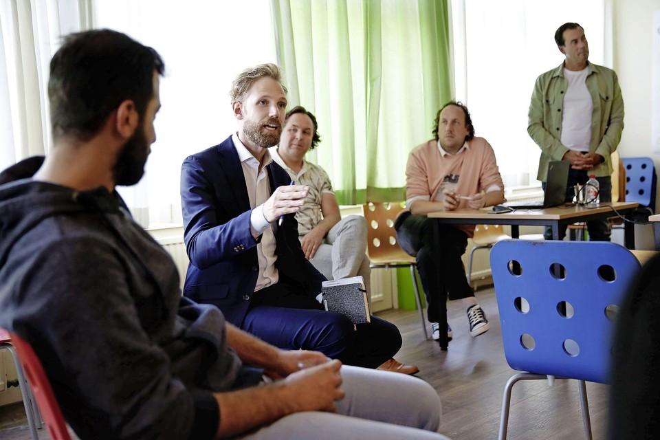 Staatssecretaris Dennis Wiersma praat bij De Draaikom met betrokkenen bij Zicht op Werk.