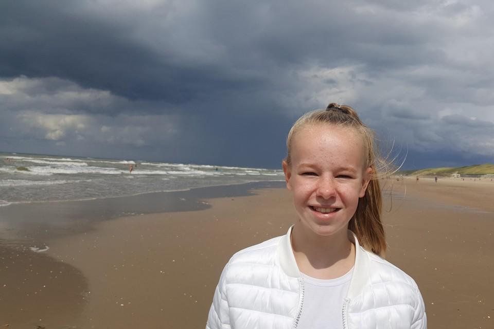 Tamar op het strand in Castricum (2019).