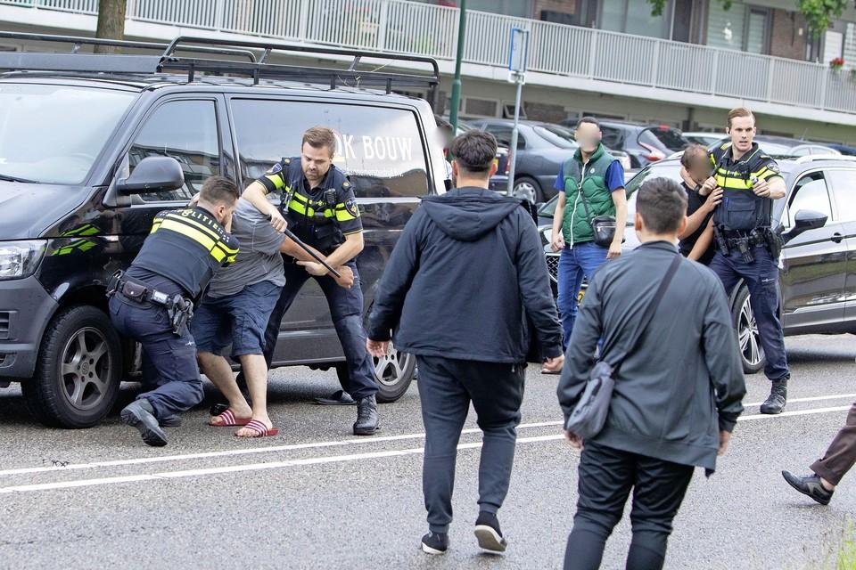 De vechtpartij na de aanrijding vorige week, waarbij de massaal uitgerukte politie zelf arrestaties verrichtte.