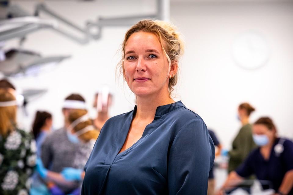 """Opleider Janneke Renz begeleidt studenten voor ziekenhuiszorg in coronatijd. ,,In sneltreinvaart hebben ze vaardigheden verworven waaraan ze in de toekomst heel veel hebben."""""""