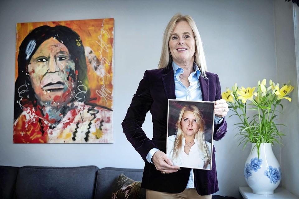 Annemieke van de Wouw met een foto van haar overleden dochter: ,,Dit past bij mij en bij haar.''