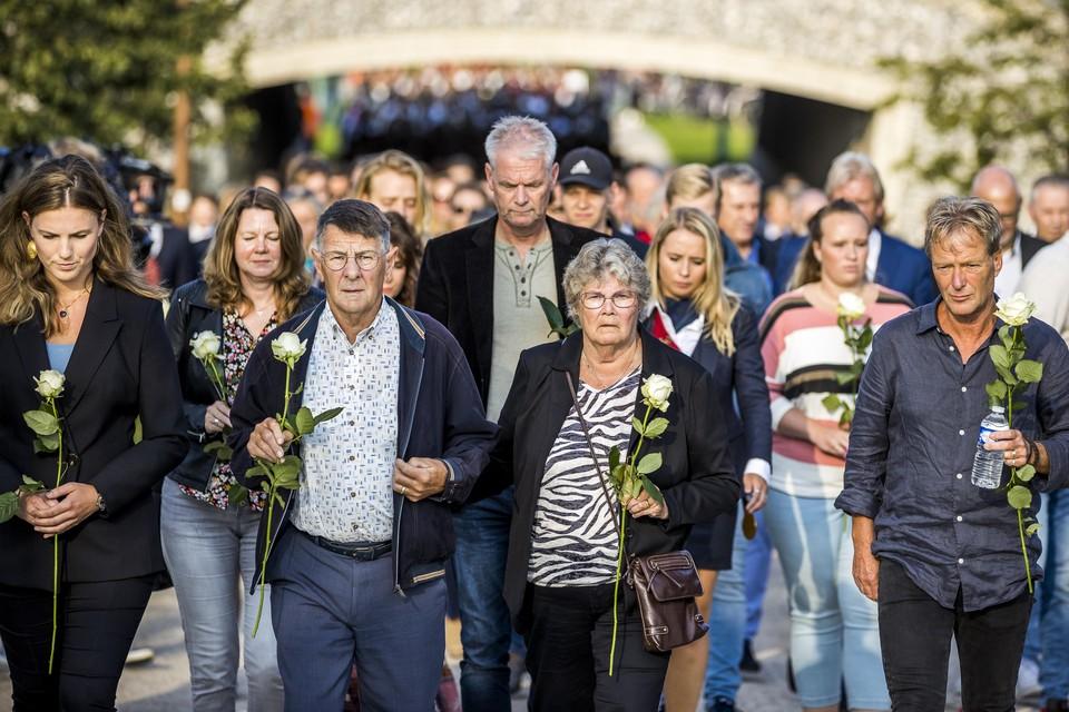 Bij een stille tocht in Maastricht op 31 augustus nam Kelly de Vries (links) de plaats in van haar vader Peter R. de Vries naast de ouders van Tanja Groen uit Schagen.