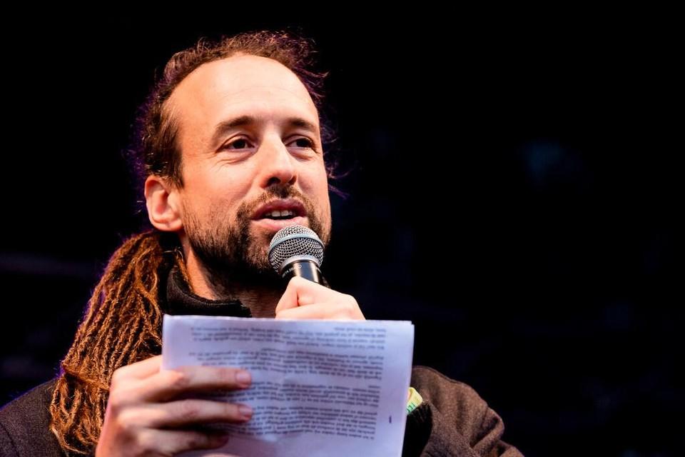 Willem Engel van Viruswaarheid op een demonstratie op het Malieveld