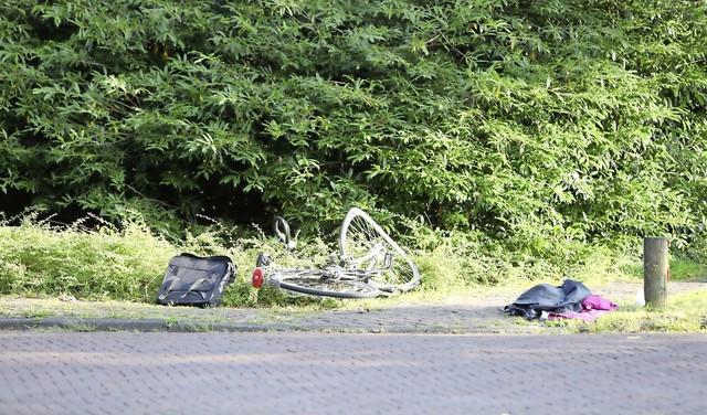 Fietster met spoed naar het ziekenhuis na aanrijding met auto op Melkweg in Laren